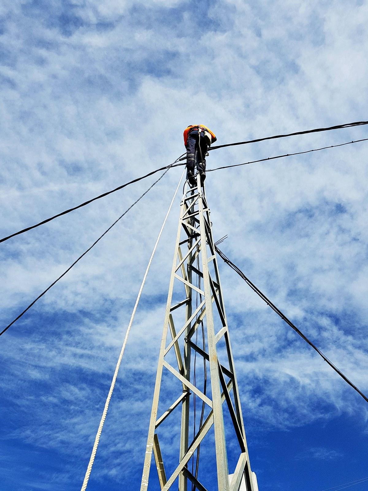 Montaje de lineas trenzadas en postes eléctricos